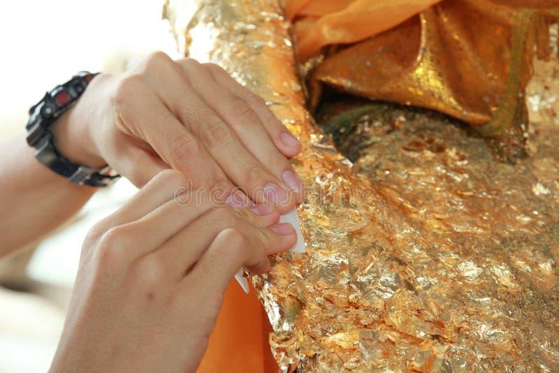 Feuille d'or de dorure à Bouddha pour le culte Foyer sélectif photo stock