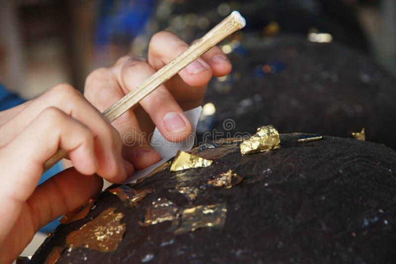 Feuille d'or de dorure aux pierres rondes incorporées pour le culte Bouddha photos stock