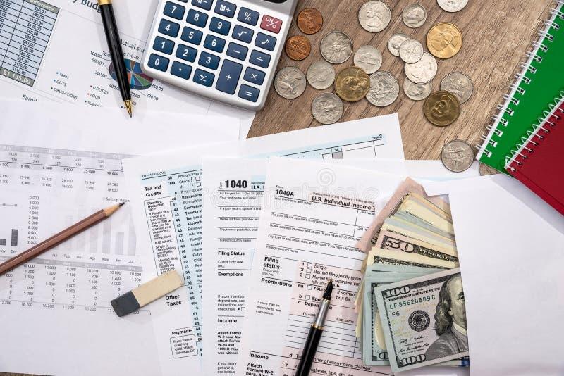 Feuille d'impôt, budget personnel avec l'argent, stylo, calculatrice photographie stock