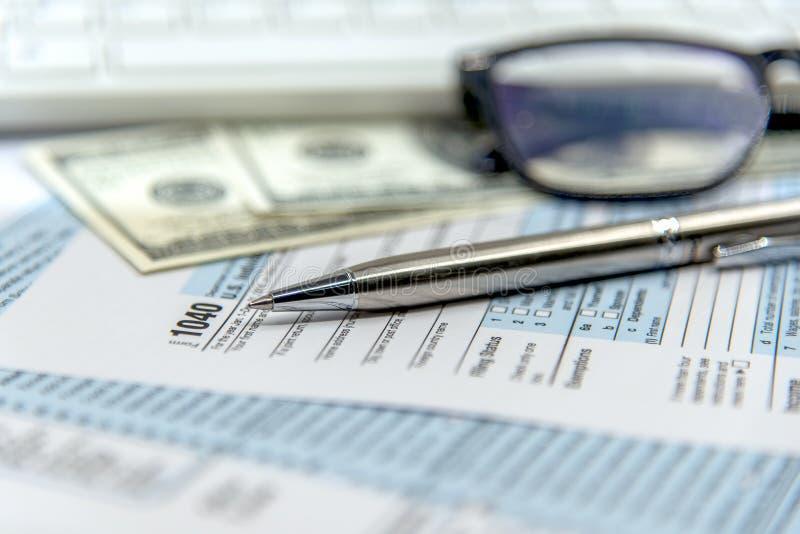 Feuille d'impôt des USA 1040 avec le stylo et la calculatrice Mathématiques de blanc du document Etats-Unis de loi de feuille d'i photo libre de droits