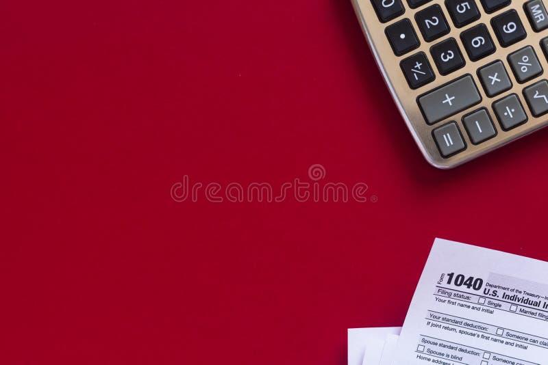 Feuille d'impôt 1040 et calculatrice photos stock