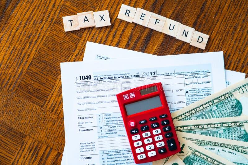 Feuille d'impôt et calculatrice des USA avec utilisé pour calculer le remboursement d'impôt fiscal photos stock