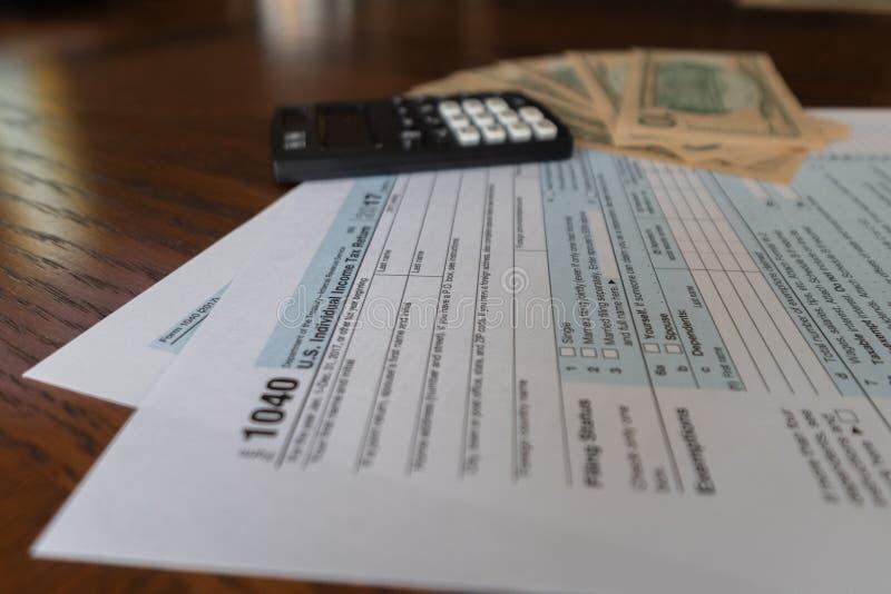 Feuille d'impôt et calculatrice des USA avec utilisé pour calculer le remboursement d'impôt fiscal image libre de droits