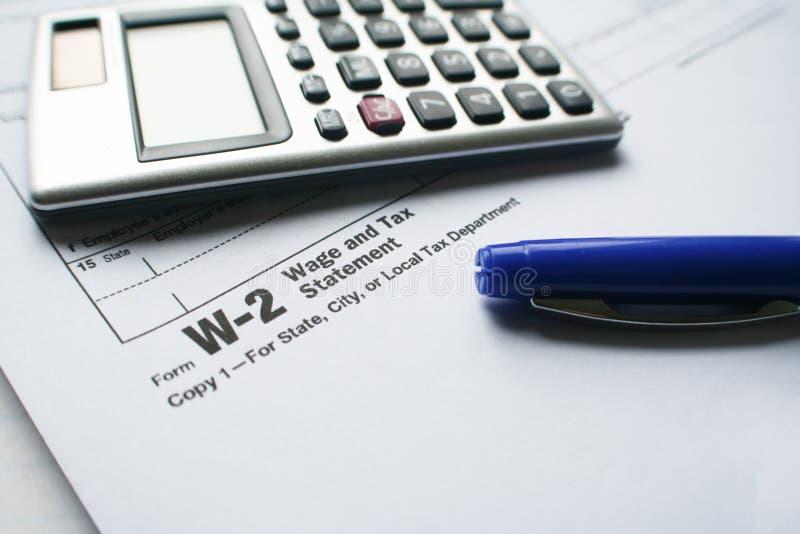 Feuille d'impôt W-2 avec le stylo et calculatrice de haute qualité photo stock