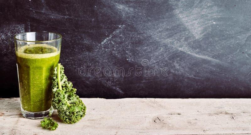 Feuille de chou et smoothie vert avec l'espace de copie images libres de droits