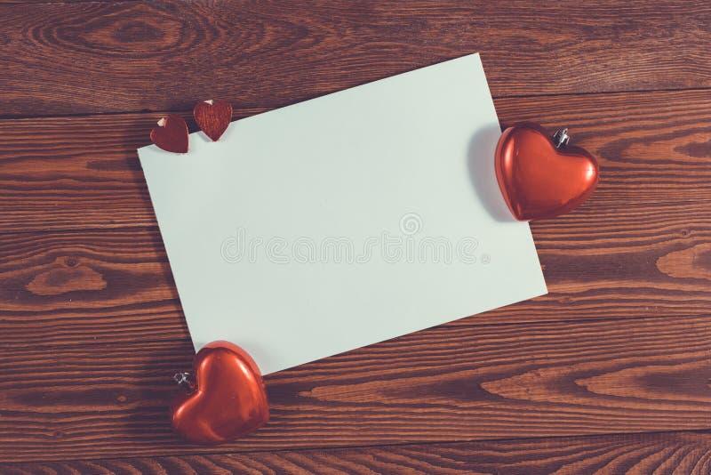 Feuille de Copyspace de papier avec le decorationsconcep de Noël de coeurs photos stock
