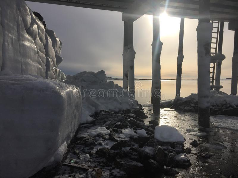 Feuille de glace sur des roches photo stock