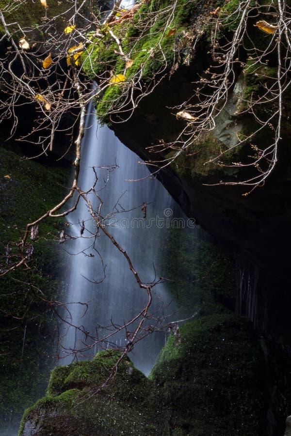 Feuille de l'eau en baisse entre les roches dans un paysage de montagne images stock