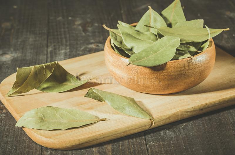 feuille de laurier dans le style rural d'un plat en bois/d'épices de feuille de laurier dans le style rural Foyer s?lectif images stock