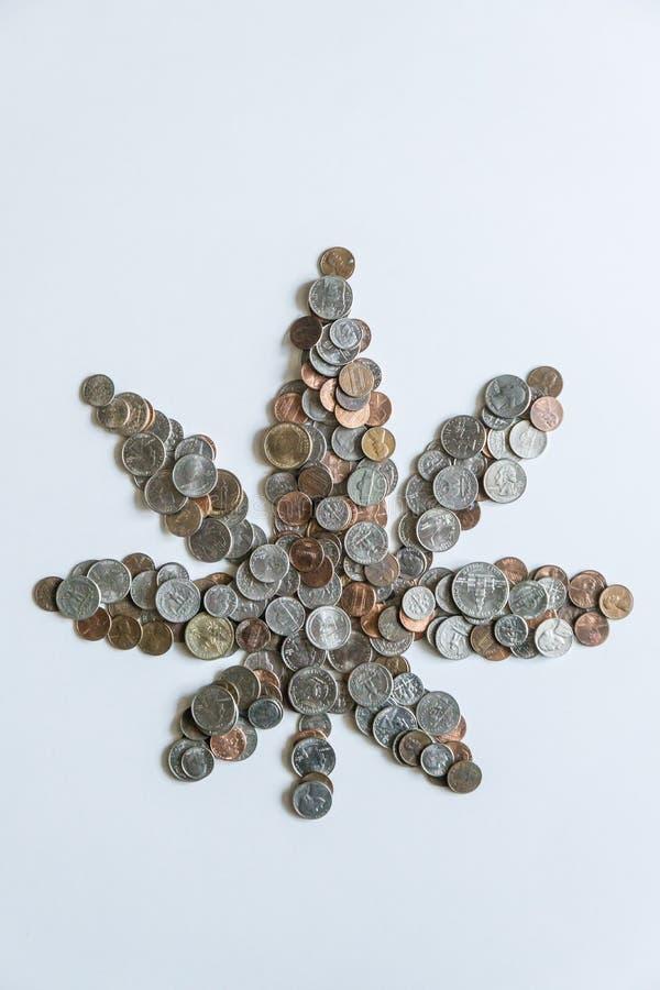 Feuille de marijuana faite de pièces de monnaie américaines des USA sur le fond blanc solide photographie stock
