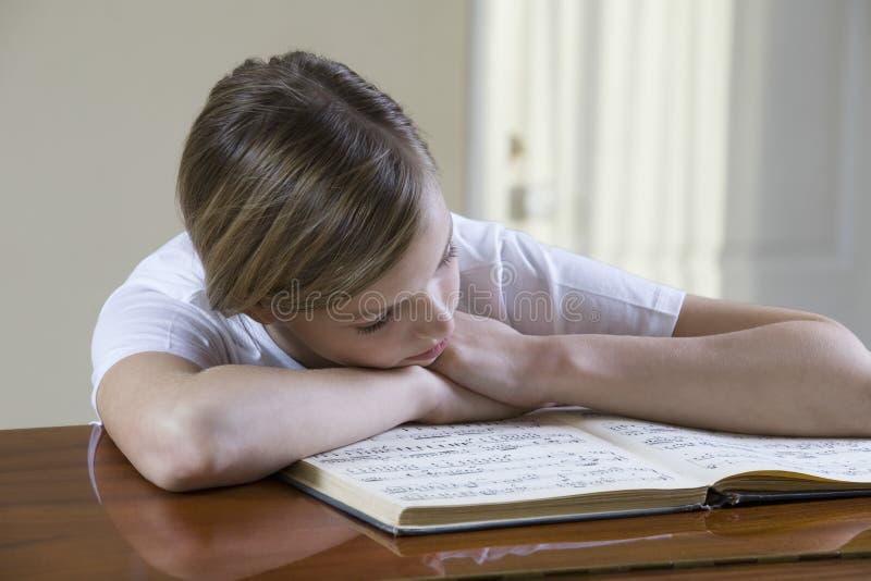 Feuille de musique de lecture d'adolescente photos stock