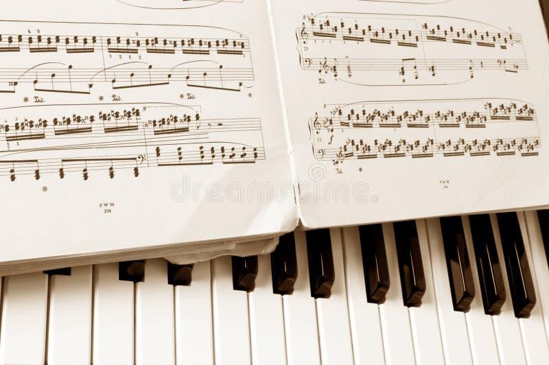 Feuille de notes musicales de plan rapproché images libres de droits