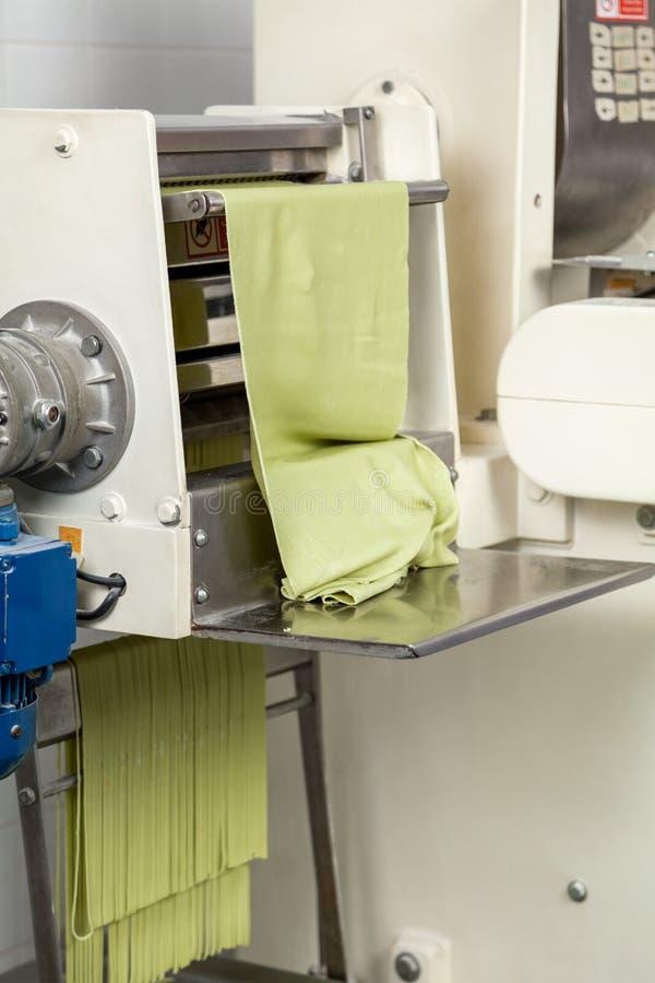 Feuille de pâtes de spaghetti étant traitée dans la machine image stock
