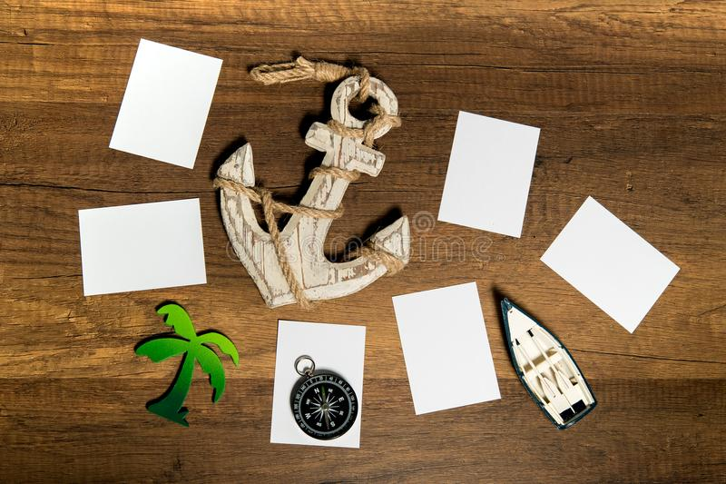 Feuille de papier blanc avec le bateau, l'ancre, le palmier, et la décoration de boussole photos stock