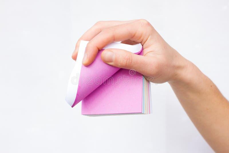 Feuille de papier blanche chez des mains de la femme advertising photos stock
