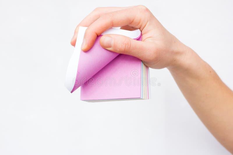 Feuille de papier blanche chez des mains de la femme advertising photographie stock libre de droits