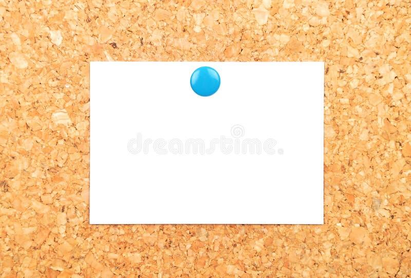 Feuille de papier sur le liège photos stock
