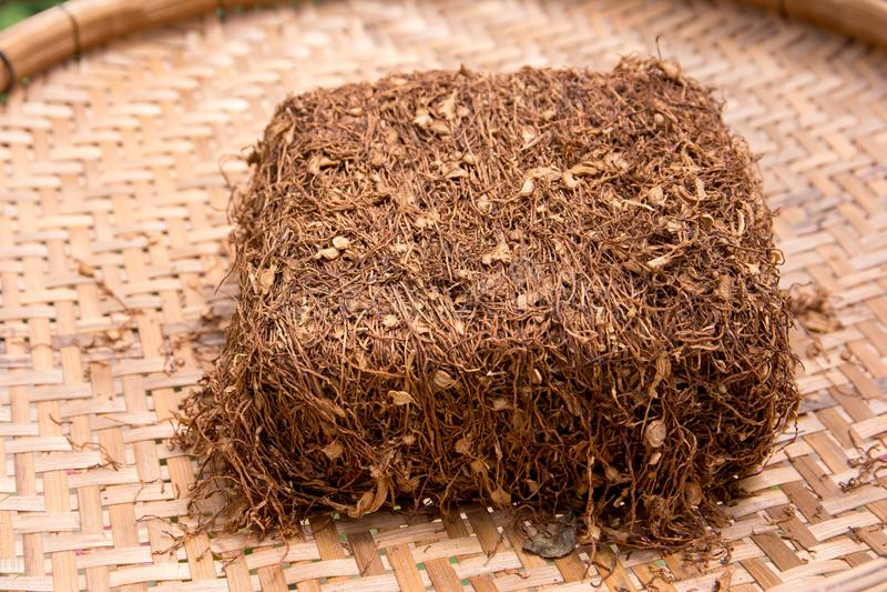 Feuille de tabagisme sèche de tabac sur le plateau en bois en bambou Lames s?ches de tabac Lames s?ches de tabac image libre de droits