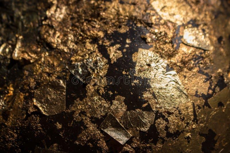 Feuille dorante en gros plan d'or sur la bille d'acier C?r?monie religieuse de texture de bouddhistes images libres de droits