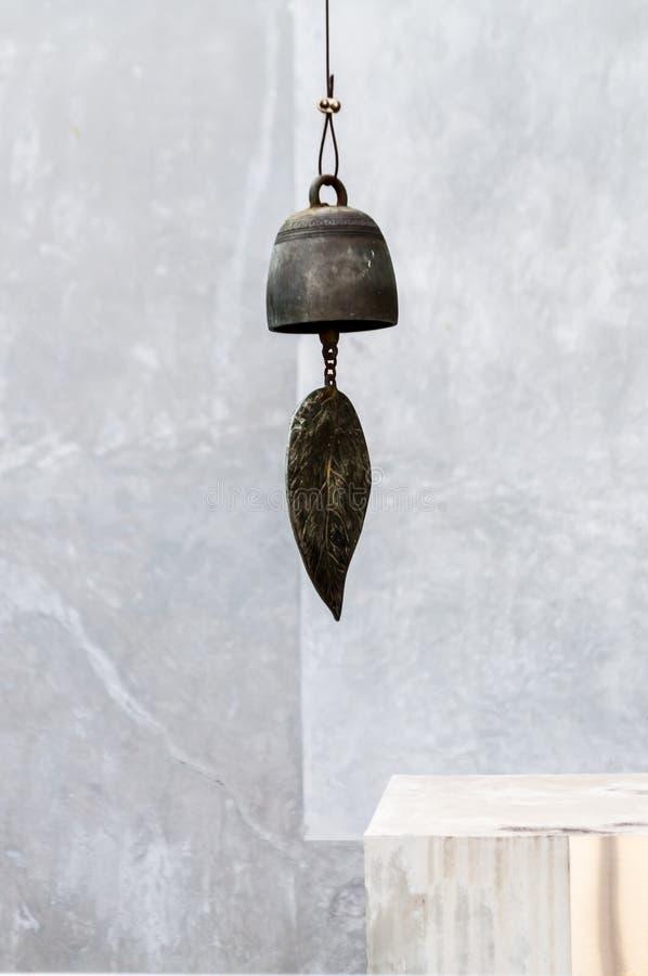 Feuille en bronze d'une cloche de vent images libres de droits