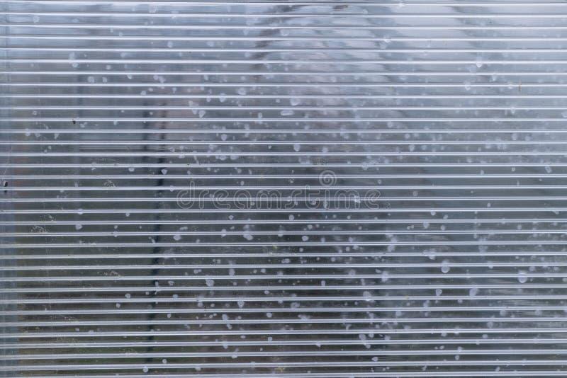 feuille en plastique de polycarbonate avec des baisses de l'eau photo stock