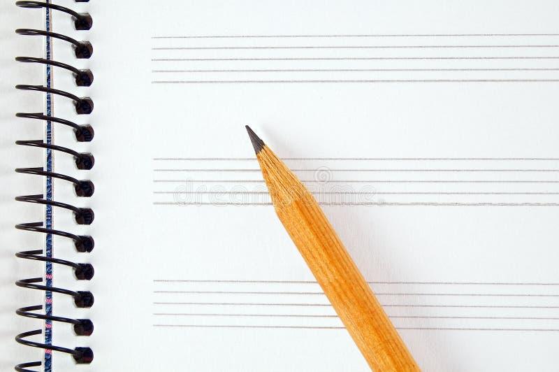 Feuille et crayon de musique image stock