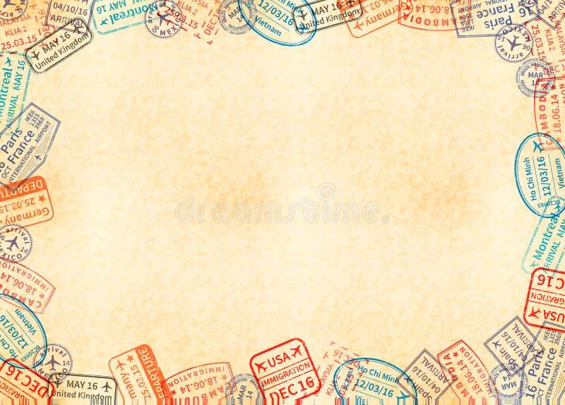 Feuille jaune de la taille a4 horizontale de vieux papier avec le cadre fait à partir de différents sceaux de voyage illustration libre de droits