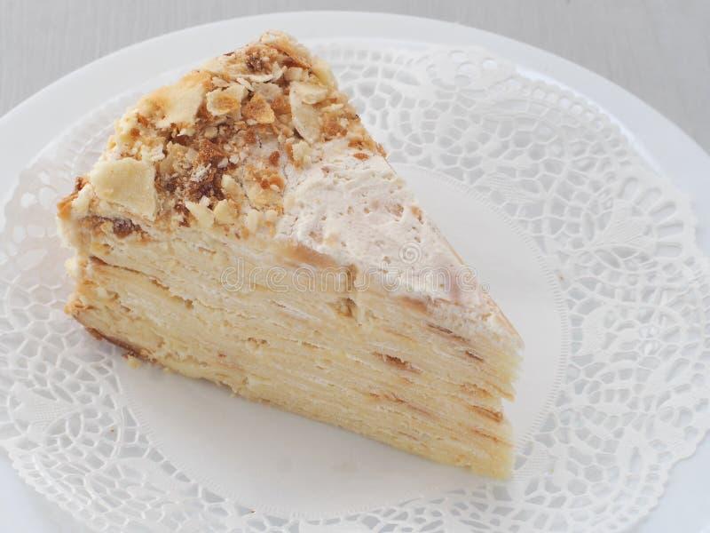 Feuille Mille, multi наслоенный торт Торт печенья слойки украшенный с мякишами Русский традиционный десерт Наполеона с много слое стоковые изображения rf
