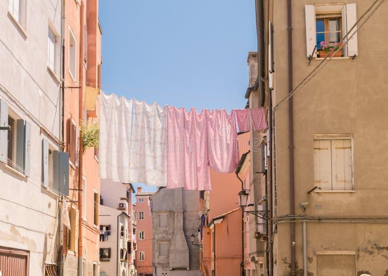 Feuilles accrochant pour sécher à travers une rue de Naples images libres de droits