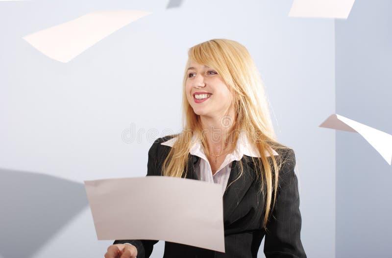 Feuilles blanches de projection de fille blonde photographie stock libre de droits