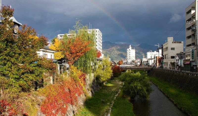 Feuilles colorées des arbres à la rive en automne photos stock
