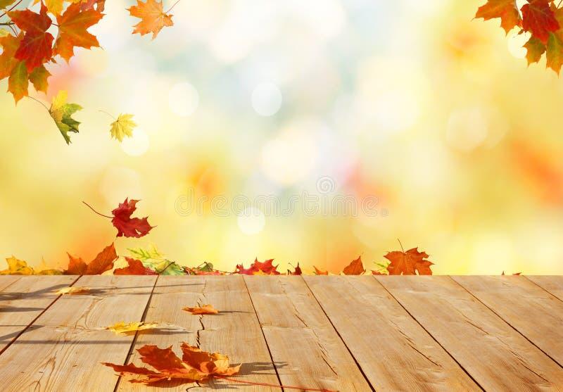 Feuilles d'érable d'automne sur la table en bois images stock