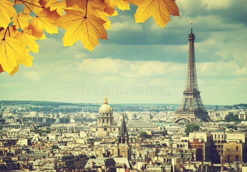 Feuilles d'automne à Paris et Tour Eiffel images libres de droits