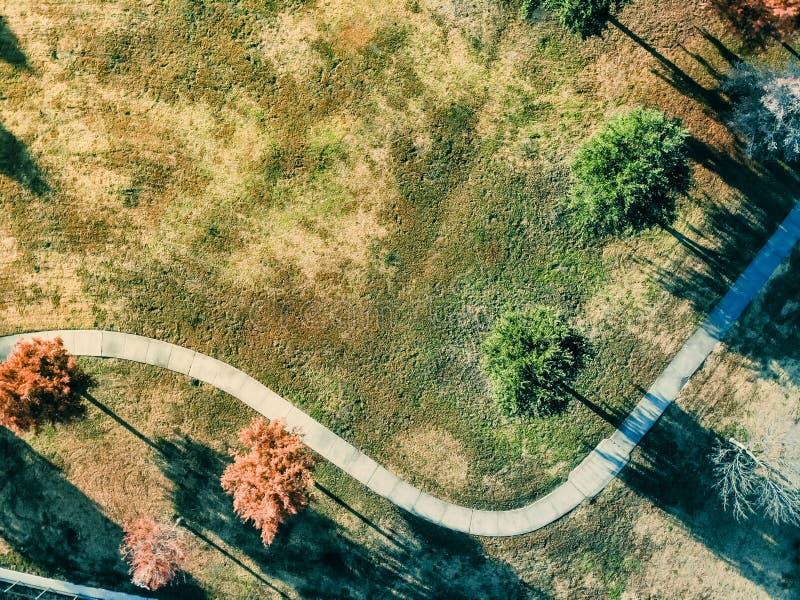 Feuilles d'automne colorées de vue aérienne le long de passage couvert de parc près de Dallas, le Texas photo libre de droits