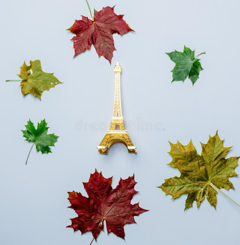 Feuilles d'automne et cadeau de Tour Eiffel images libres de droits