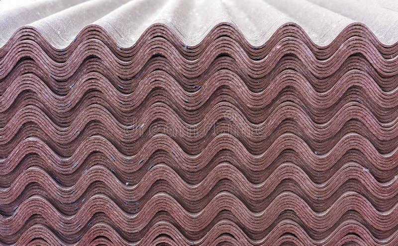 Feuilles d'ondulin brun Ardoise pour couvrir le toit de la maison Fond d'ondulin images stock
