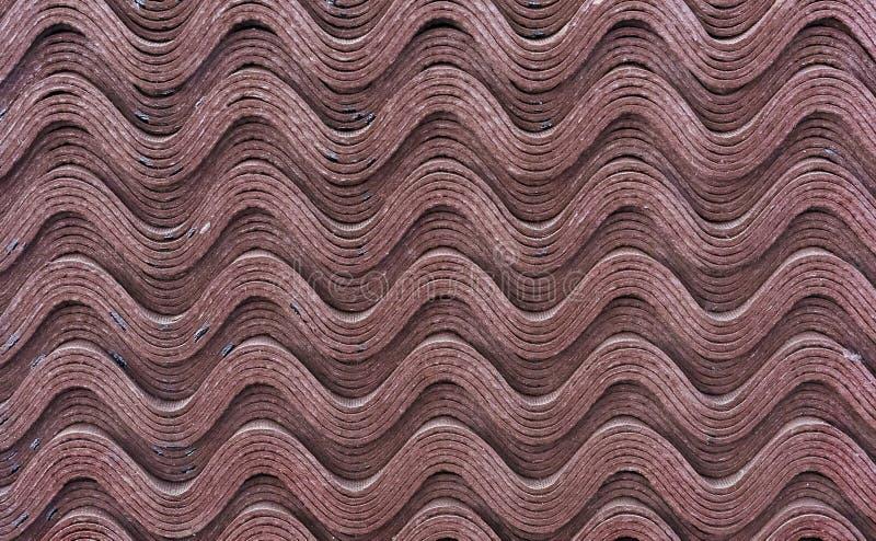 Feuilles d'ondulin brun Ardoise pour couvrir le toit de la maison Fond d'ondulin photos libres de droits