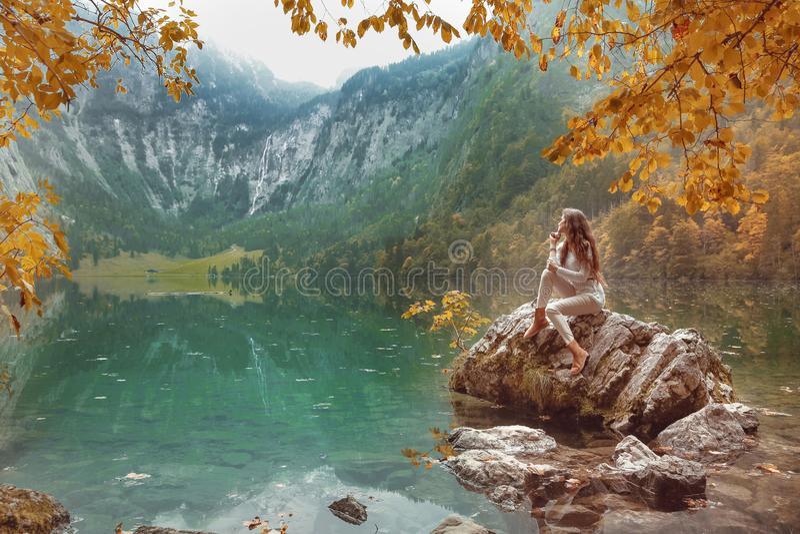 Feuilles de jaune au-dessus de paysage d'automne de lac Obersee Jeune touriste photographie stock