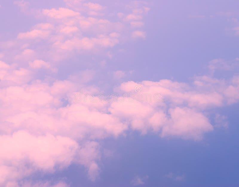 Feuilles de nuages blancs rosâtres étendus en ciel bleu infini - vue aérienne - fond naturel abstrait photographie stock