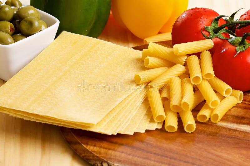 Feuilles de pâtes de lasagne d'Uncooced sur la table en bois photos stock