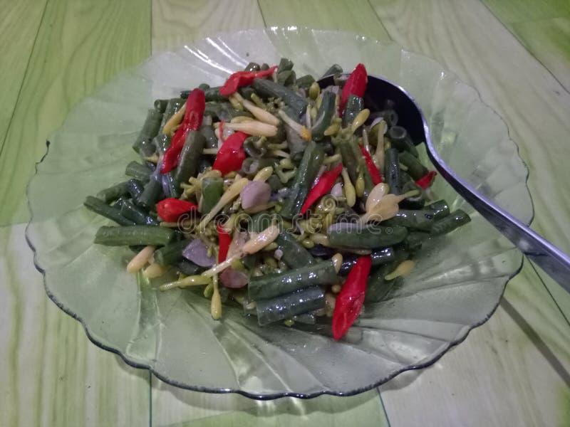 feuilles de papaye et longs haricots photo stock