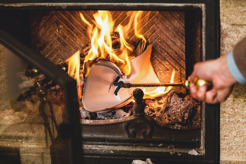 Feuilles de papier brûlant en feu de cheminée photographie stock libre de droits