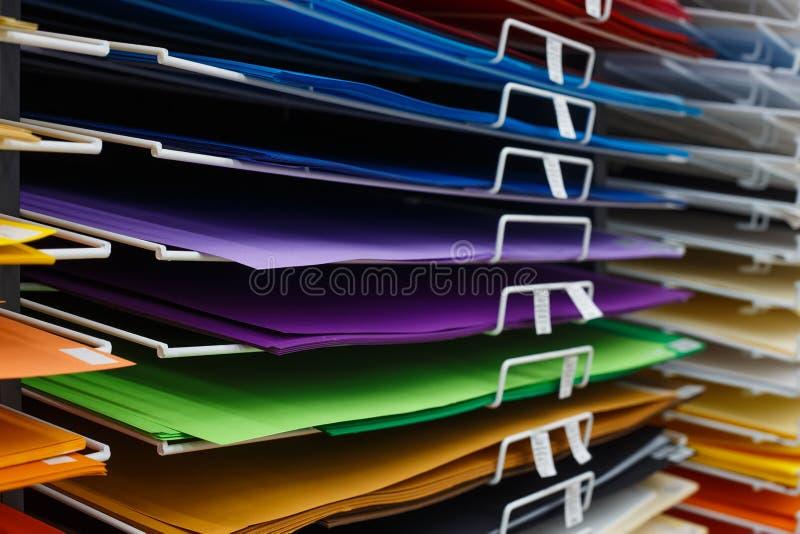 Feuilles de papier multicolore en plan rapproché de magasin d'art photo libre de droits