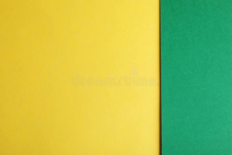 Feuilles de papier vertes et jaunes en tant que fond coloré, photos stock