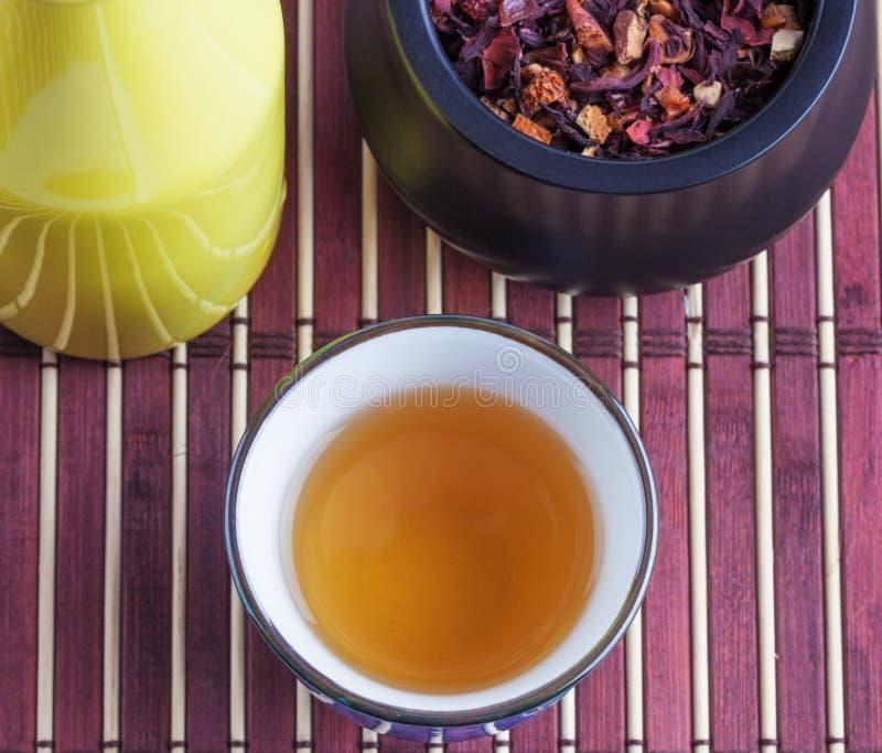 Feuilles de thé et d'infusion toujours composition orientales en vie photos libres de droits
