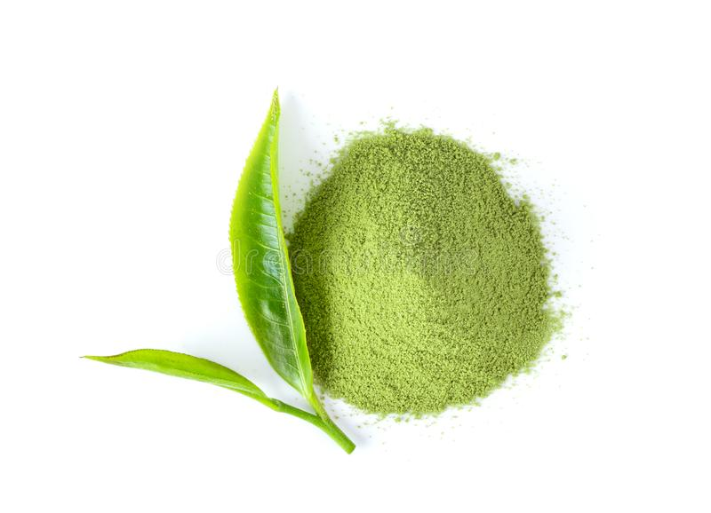 Feuilles de thé et poudre de thé vert matcha sur fond blanc. Vue sup?rieure image stock