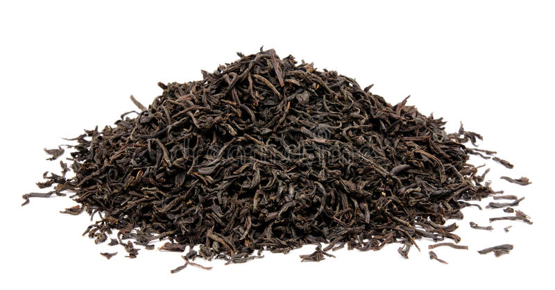 Feuilles de thé noires sèches d'isolement photographie stock