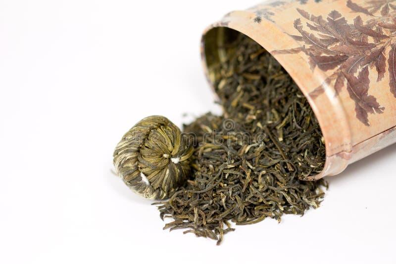 Feuilles de thé vertes chinoises d'isolement sur le backgro blanc photo libre de droits
