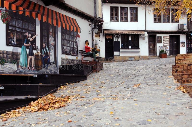 Feuilles dorées dans la rue vide photographie stock libre de droits
