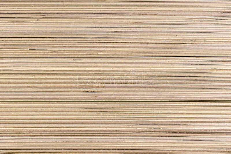 Feuilles empilées de contreplaqué dans un magasin de matériaux de construction photo stock